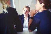 drei Frauen am Tisch im Gespräch