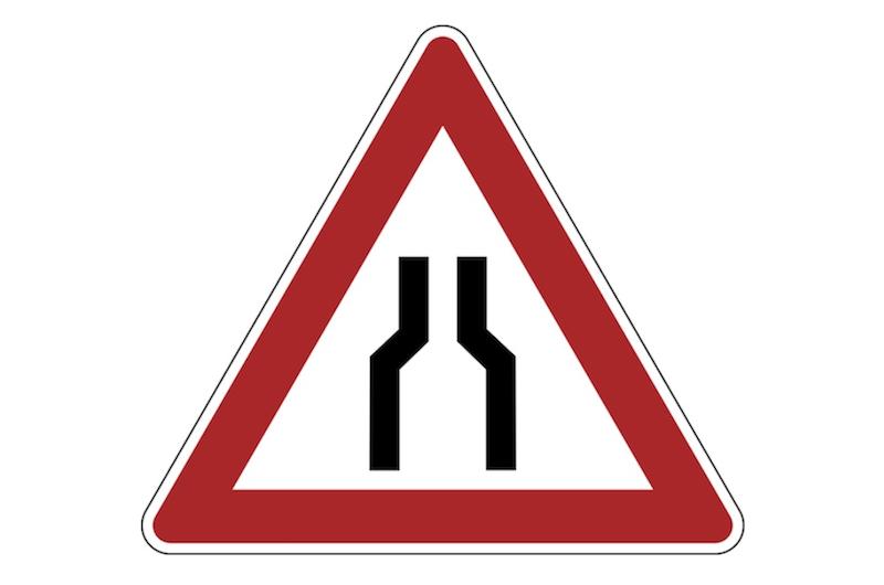 Verkehrsschild: Fahrbahnverengung