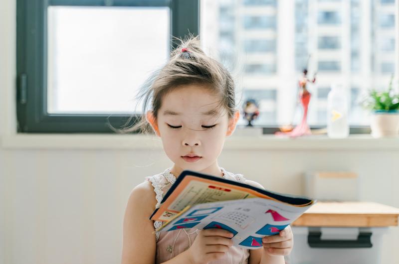 Mädchen mit Mathelernbuch in der Hand