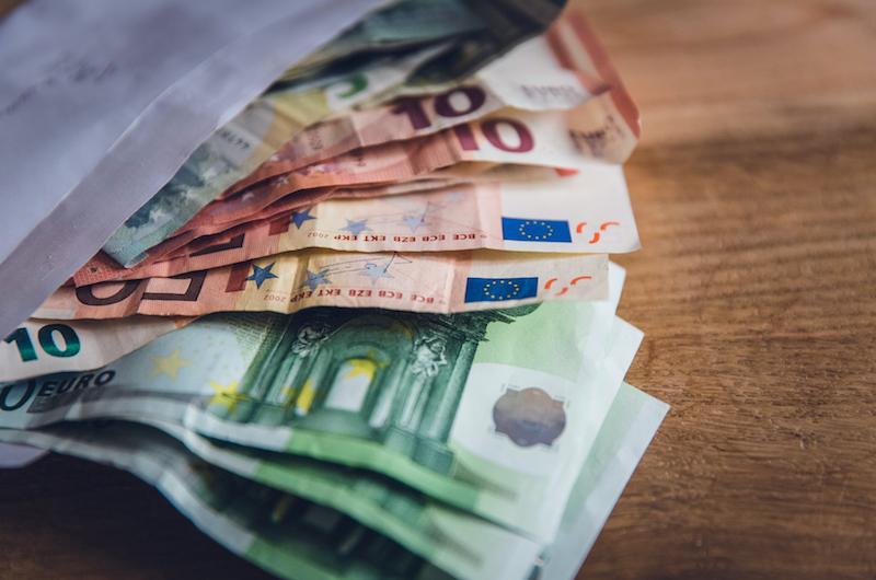 Geldscheine schauen aus Briefumschlag