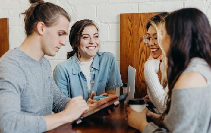 Vier junge Menschen unterhalten sich