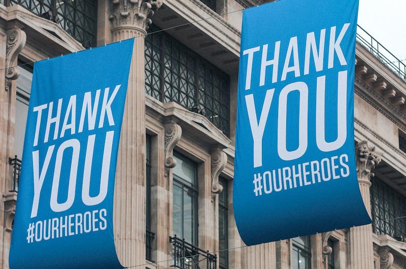 Zwei blaue Flaggen mit der Aufschrift Thank You #our heroes