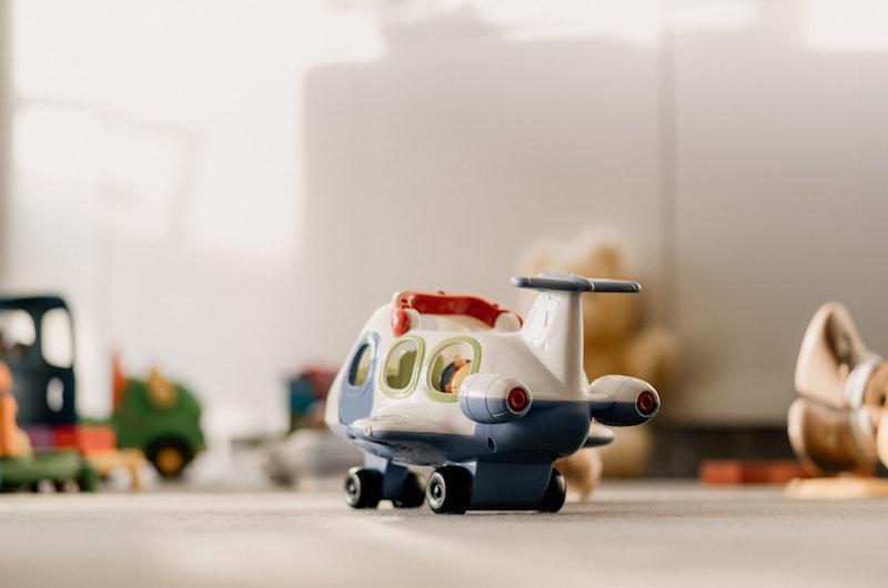 Spielflugzeug auf dem Boden